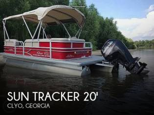 Sun Tracker DLX Party Barge