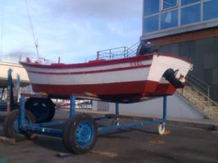 Barco con motor fueraborda Yamaha de 8 CV.