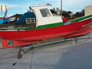 Barco de madera. Artesanal.